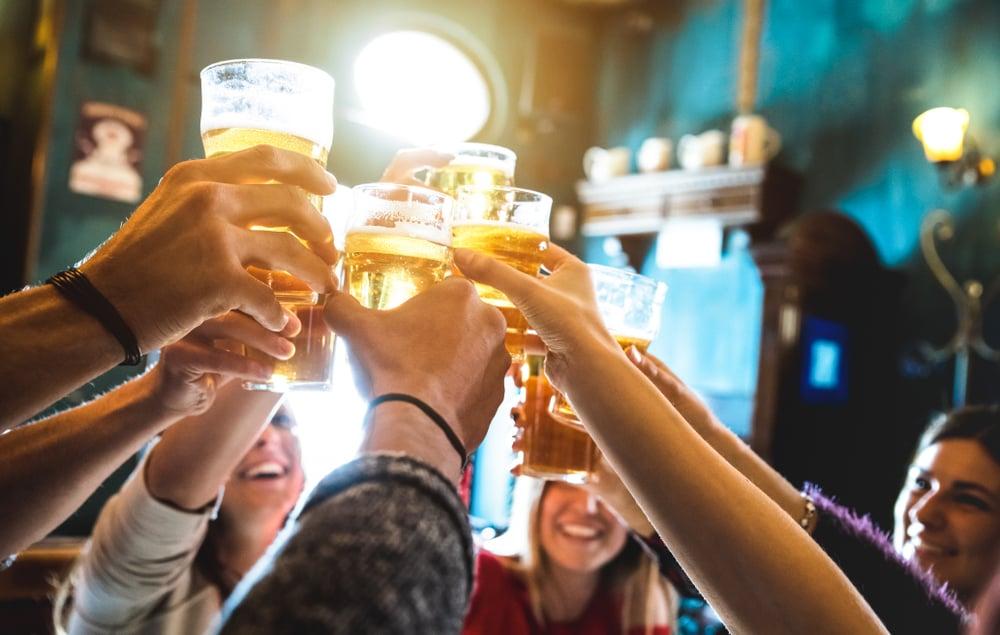 Le frasi in inglese da utilizzare per brindare con i tuoi amici in un pub